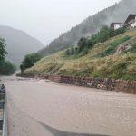 Violenta ondata di maltempo in Alto Adige: nubifragi, frane e strade bloccate, auto travolta da una frana [FOTO e VIDEO]