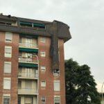 Maltempo, forte temporale a Bologna: allagamenti, divelta la copertura di un palazzo e rami caduti [FOTO e VIDEO]
