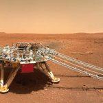Il terreno roccioso e polveroso, il rover e il lander: la Cina pubblica nuove FOTO della superficie di Marte