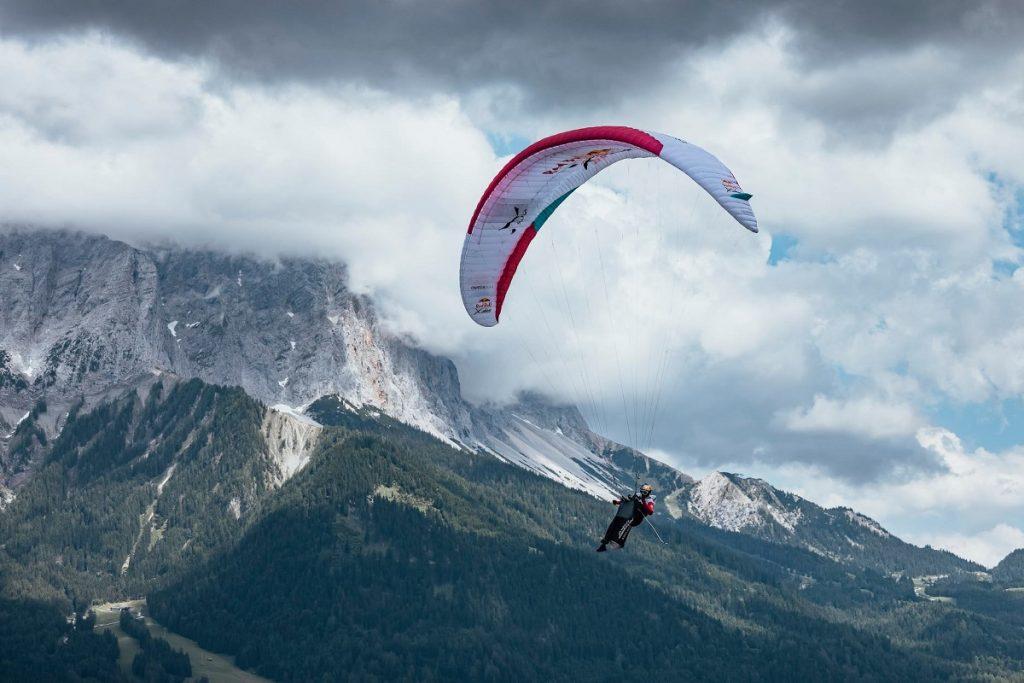 pilota in volo durante la Red Bull XAlps 2021