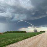 Meteo, spettacolare tornado in Canada: le immagini del vortice minaccioso nelle campagne del Saskatchewan – FOTO e VIDEO
