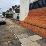 Meteo, raro tornado devasta un quartiere di Londra: detriti volanti e danni ingenti a case e auto [FOTO e VIDEO]