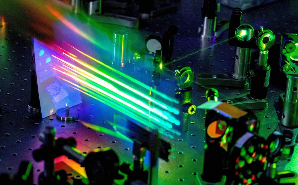 Esperimento di nanofotonica nonlineare con impulsi di luce laser ultrabrevi presso il Dipartimento di Fisica del Politecnico di Milano