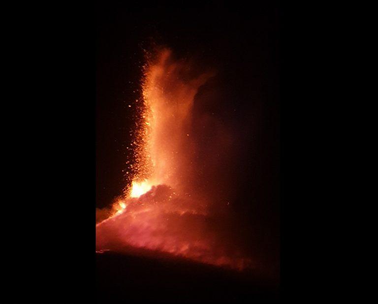 L'eruzione dell'Etna vista da Pedara (CT). Foto Alfio Squadrito