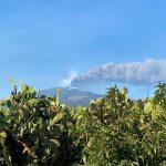 Nuovo parossismo dell'Etna: fontana di lava dal Cratere di Sud-Est, due trabocchi lavici in atto [LIVE]