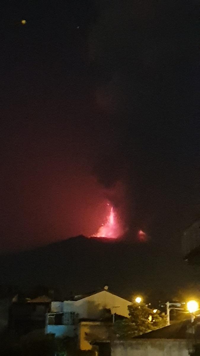 L'eruzione dell'Etna vista da Pedara (CT). Foto di Alfio Squadrito e Giuseppe Sotera