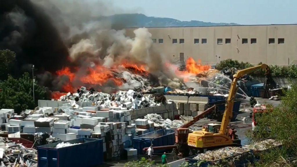 incendio rifiuti campo calabro