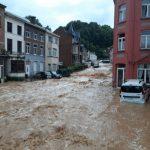 Maltempo in Belgio, nuovi devastanti allagamenti in Vallonia: auto trascinate dall'acqua a Dinant, evacuazioni a Namur – FOTO e VIDEO