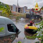 Nubifragio a Palermo, strade e sottopassi allagati: intervengono i sommozzatori per salvare la gente bloccata – FOTO e VIDEO