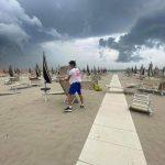 Maltempo, temporali e forte vento in Emilia Romagna: shelf cloud a Rimini, frutta devastata dalla grandine a Forlì – FOTO e VIDEO
