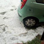Maltempo in Piemonte, temporali creano danni nel Biellese: tetti divelti e alberi abbattuti, violento downburst con grandine a Biella – FOTO e VIDEO