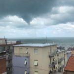 Maltempo, violento tornado devasta Falconara Marittima: ombrelloni e lettini scaraventati lungo la ferrovia, distrutti due stabilimenti – FOTO e VIDEO