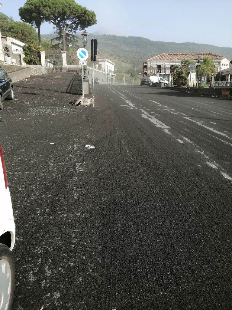 Strade ricoperte di cenere a Fleri. Foto Infanta Aventi