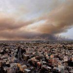 Caldo estremo con punte di +46°C in Grecia: enorme incendio vicino ad Atene, migliaia di evacuati e case incenerite – FOTO e VIDEO