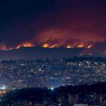 """Temperature torride e incendi, """"situazione estremamente critica"""" in Grecia: 16 ricoverati, impegnati centinaia di vigili del fuoco [FOTO]"""