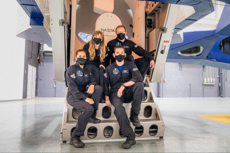 L'equipaggio di Inspiration4: Hayley Arcenaux (in alto a sinistra), Chris Sembroski (in alto a destra), Sian Proctor (in basso a sinistra) e Jared Isaacman (in basso a destra). (Credit: Inspiration4)