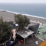 Maltempo in Calabria, violento downburst a Falerna: danneggiati lidi e ristoranti, ombrelloni e gazebo finiscono sulla provinciale – FOTO e VIDEO