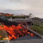 """Eruzione del vulcano Cumbre Vieja a La Palma, la lava continua ad avanzare: """"un centinaio di case danneggiate"""", l'isola si è sollevata di 15 cm. Le IMMAGINI in diretta"""