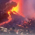 Spettacolare eruzione del Cumbre Vieja alle Canarie, la lava si avvicina alle case: migliaia di evacuati a La Palma – FOTO e VIDEO