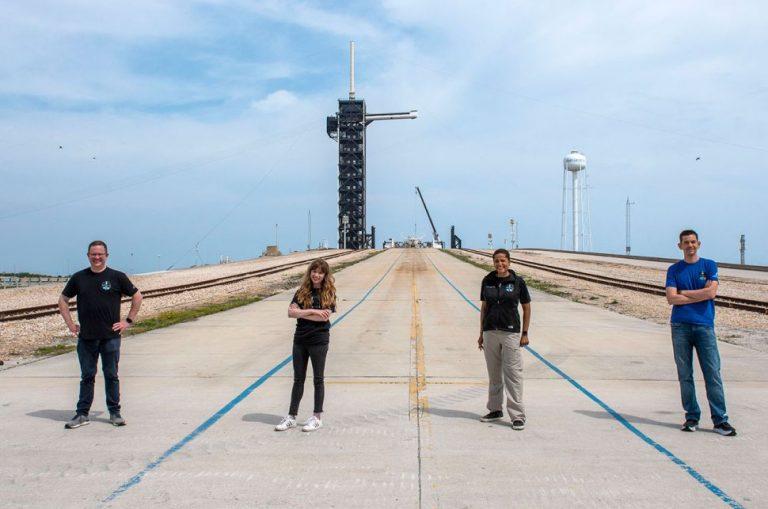 Chris Sembroski, Hayley Arceneaux, Sian Proctor e Jared Isaacman davanti alla piattaforma di lancio SpaceX al Kennedy Space Center della NASA in Florida. Credit: SpaceX