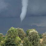 Maltempo, in Lombardia si sono formati almeno 7 tornado: tante case scoperchiate e alberi abbattuti – FOTO e VIDEO