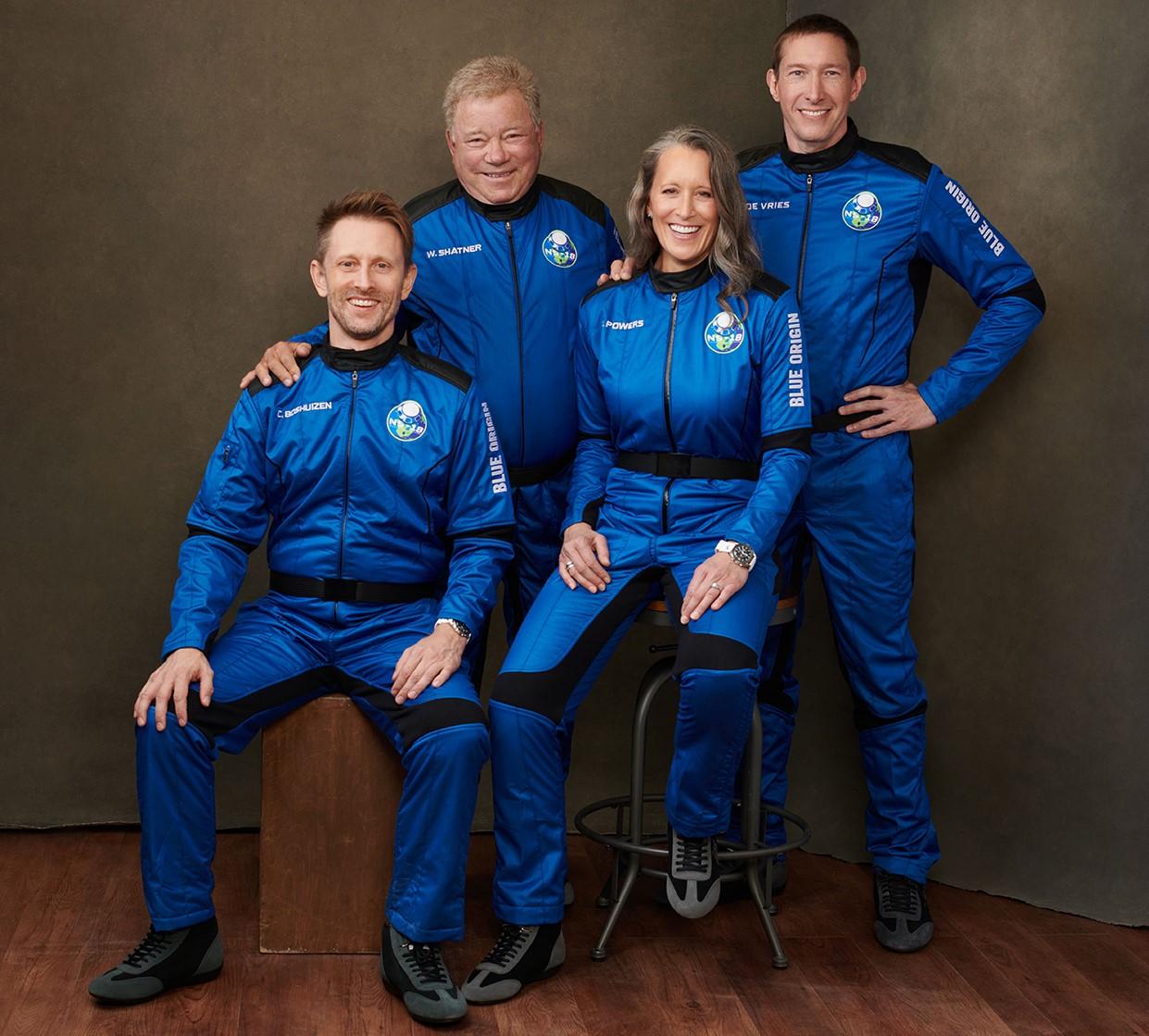 William Shatner (secondo da destra) volerà insieme ad altri tre privati cittadini come parte del volo spaziale suborbitale Blue Origin. Da sinistra Chris Boshuizen, Audrey Powers e Glen de Vries.